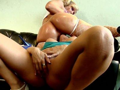 Hot and sexy Capri Cavalli & Austin Taylor love rubbing clits