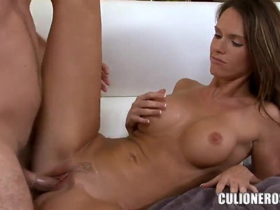 Magnificent babe Jennifer Dark does a very good blowjob and fucks